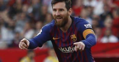 Messi falla 1 penalti y gana otro en Barcelona